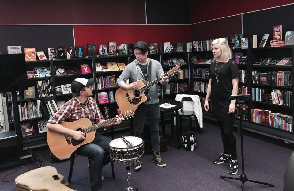 Pohjois-Helsingin Bändikoulun opettajat musisoimassa Jakomäen kirjastossa