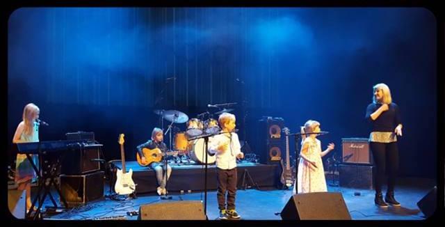 Pohjois-Helsingin Bändikoulun Bändimuskari konsertissa