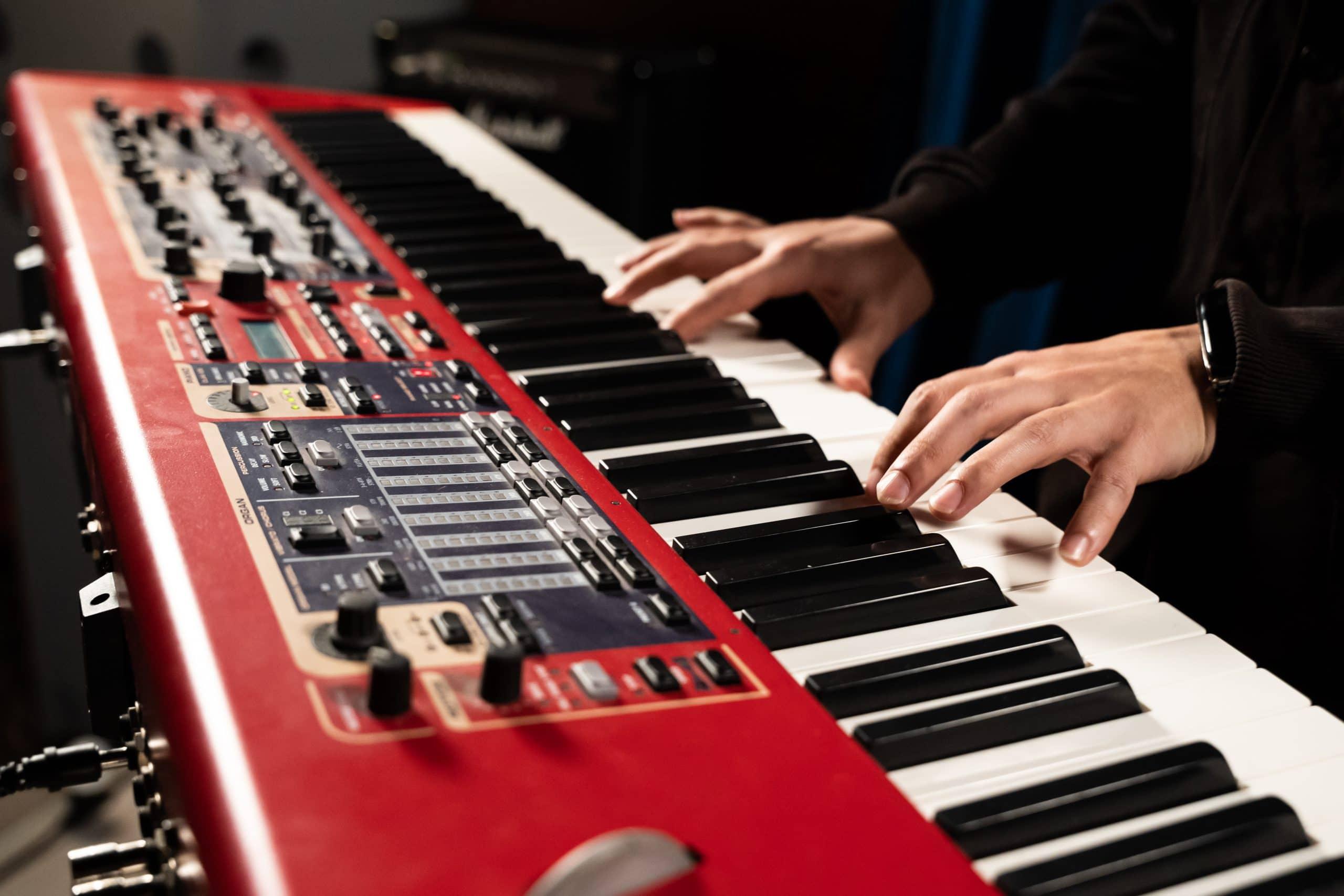 pianisti soittaa sähköpianoa